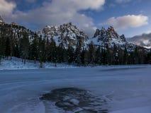 El lago y la montaña alpinos congelados ajardinan en la oscuridad Fotos de archivo libres de regalías