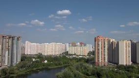 El lago y los edificios de varios pisos tiraron en una opinión superior de la duna metrajes