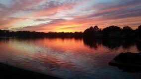 El lakelife de la salida del sol de la mañana hermoso se calienta Foto de archivo libre de regalías