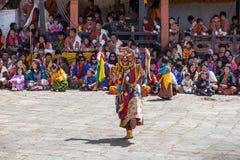 ; El lama budista realiza danza de la máscara delante de la gente butanesa fotografía de archivo