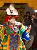 El lama realiza una danza enmascarada y vestida religiosa del sombrero negro del misterio del budismo tibetano imagenes de archivo