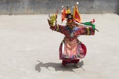 El lama tibetano se vistió en la máscara que bailaba danza del misterio de Tsam en festival budista en Hemis Gompa Ladakh, la Ind fotografía de archivo libre de regalías