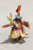El lama tibetano se vistió en la máscara que bailaba danza del misterio de Tsam en festival budista en Hemis Gompa Ladakh, la Ind fotos de archivo