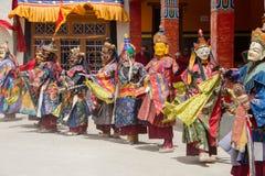 El lama tibetano se vistió en la máscara que bailaba danza del misterio de Tsam en festival budista en Hemis Gompa Ladakh, la Ind Fotografía de archivo