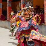 El lama tibetano se vistió en la máscara que bailaba danza del misterio de Tsam en festival budista en Hemis Gompa Ladakh, la Ind Foto de archivo