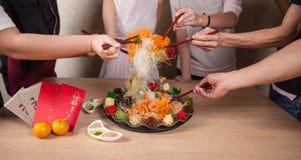 El lanzamiento asiático de la prosperidad, Lohei, Yusheng, yee cantó Foto de archivo libre de regalías