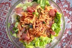 El lanzamiento cosechado top de la zanahoria, el tomate y el follaje mezclan la ensalada caída aceite foto de archivo