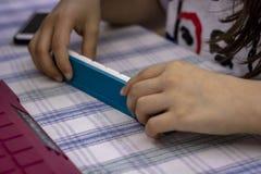 El lanzamiento de la perspectiva de una mujer juega al juego de mesa en una noche de la diversión foto de archivo libre de regalías