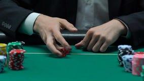 El lanzar atrevido del hombre corta en cuadritos, los pares de sixes, día afortunado para ganar la fortuna, lento-MES almacen de metraje de vídeo