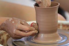 El lanzar/fabricación de la cerámica Imágenes de archivo libres de regalías