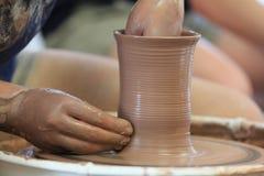 El lanzar/fabricación de la cerámica Imagenes de archivo