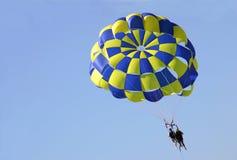 El lanzarse en paracaídas Foto de archivo