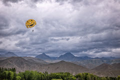 El lanzarse en paracaídas en las montañas Imagen de archivo