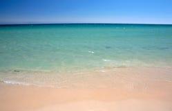El lapping apacible agita en la playa de Tarifa en España meridional Fotos de archivo