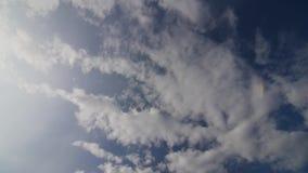 El lapso de tiempo, asolea las nubes brillantes y móviles almacen de metraje de vídeo