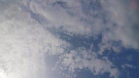 El lapso de tiempo, asolea las nubes brillantes y móviles metrajes