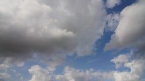 El lapso de tiempo, asolea las nubes brillantes y móviles almacen de video