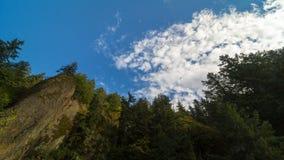 El lapso de tiempo de nubes sobre la formación de roca y los árboles verdes a lo largo de Columbia Gorge en Oregon 4k almacen de video