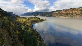 El lapso de tiempo de UHD de las nubes blancas y el cielo azul con la reflexión del agua sobre el río Columbia Gorge 4k almacen de metraje de vídeo