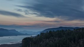 El lapso de tiempo de UHD 4k de la salida de la luna y la puesta del sol sobre el río Columbia Gorge almacen de video