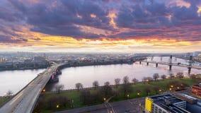 El lapso de tiempo de UHD 4k de la salida del sol y del semáforo coloridos se arrastra sobre la ciudad céntrica de Portland Orego