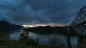 El lapso de tiempo de UHD 4k del movimiento dramático de las nubes y la puesta del sol colorida a lo largo del río Columbia Gorge metrajes