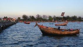 El lapso de tiempo del barco del pescador amarró en el mar metrajes