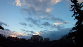 El lapso de tiempo del cielo del verano, asolea las nubes brillantes y móviles, metrajes