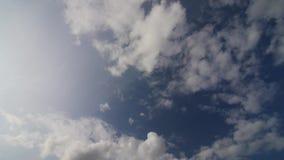 El lapso de tiempo del cielo del verano, asolea las nubes brillantes y móviles, aeroplano metrajes