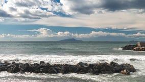 El lapso de tiempo en la calle del mar y del terrapl?n de Sorrento Italia, ondas grandes y mareas se lava contra con porciones de almacen de video