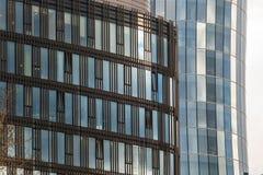 El lapso de tiempo hermoso del cielo nublado reflejó en Windows de un rascacielos Foto de archivo