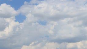 El lapso de tiempo, indica el blanco, gris, nubes hinchadas almacen de video