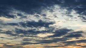 el lapso de tiempo 4K del movimiento de las nubes en el cielo de la puesta del sol, enfoca hacia fuera metrajes