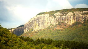 el lapso de tiempo 4K de las sombras de las nubes flota por el bosque y la montaña almacen de metraje de vídeo