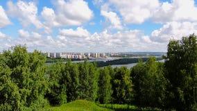 El lapso de tiempo, paisaje hermoso, se nubla la flotación sobre la ciudad, balanceando árboles almacen de video