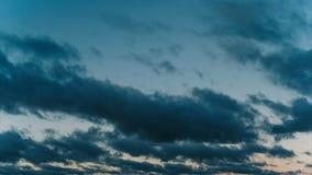 El lapso de tiempo se nubla el flotador en la puesta del sol almacen de video
