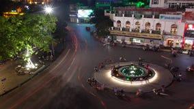 El lapso de tiempo tiró de la intersección circular en la noche, vista aérea del truong Dong Kinh Nghia Thuc, Hanoi, Vietnam de Q almacen de video