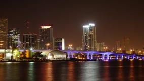 El lapso de tiempo tiró del horizonte colorido de Miami en la noche - Miami Timelapse 4k - MIAMI, la FLORIDA - 10 de abril de 201 almacen de video