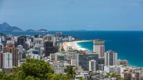 El lapso de tiempo tiró horizonte de la ciudad de la playa y de Rio de Janeiro de Ipanema almacen de metraje de vídeo