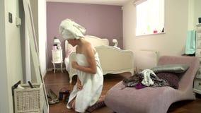 El lapso de tiempo tirado de la muchacha que se levanta y alista en dormitorio almacen de metraje de vídeo