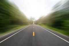 El largo camino de la perspectiva en el movimiento del borde del camino ayuna estilo foto de archivo