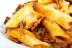 El lasagne italiano, pica la carne con la salsa de queso de las pastas Imagenes de archivo