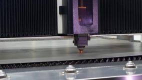 El laser del CNC cortó la chapa del corte de máquina con el encendido de la luz almacen de video