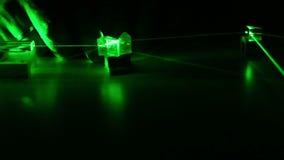 El laser del verde de la onda continua propaga a través de los componentes ópticos Seguridad de laser almacen de metraje de vídeo
