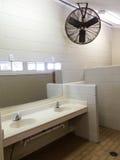 El lavabo simple hunde la fan de los espejos imagen de archivo