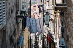 El lavadero se seca en la calle estrecha de la ciudad vieja de Dubrovnik Imágenes de archivo libres de regalías