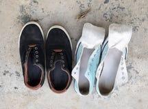 El lavado de dos zapatillas de deporte y se seca en el sol Imágenes de archivo libres de regalías