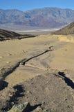 El lavado seco en montañas negras abandona el paisaje Death Valley Fotografía de archivo