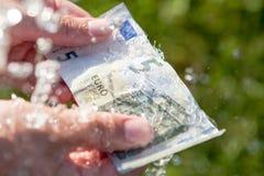 El lavar planchar de dinero fotos de archivo libres de regalías
