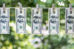 El lavar planchar de dinero Dólares de EE. UU. del blanqueo de dinero colgados hacia fuera para secarse 100 billetes de dólar que Imagenes de archivo